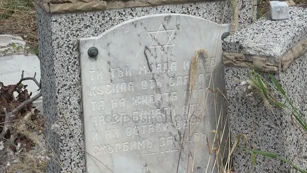 Elpusztult a sírok a zsidó temetőben. Várna. Bulgária.