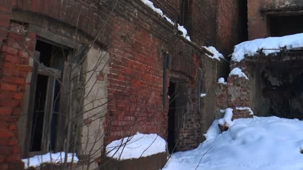 Ruiny a trosky starého domu.
