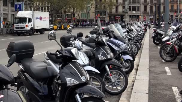 Parkování pro mopedy a motocykly v centru Barcelony. Španělsko