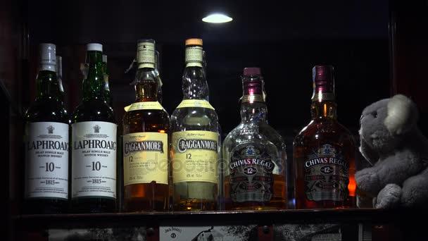 Üveg whiskyt a bárban a polcon. 4k.