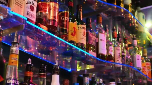 Palack a polcokon a bárban
