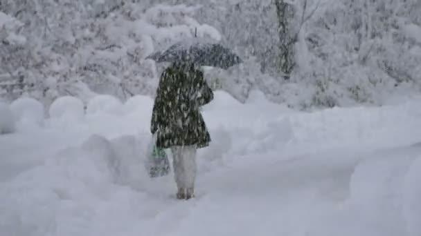 žena uklouznutí na ledu