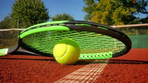 Tenisový míček na tenisovém kurtu