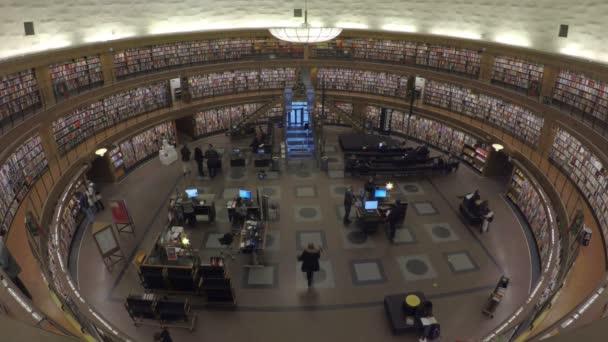 Stockholm, Švédsko, prosinec 2017: Interiér knihovny města Stockholm
