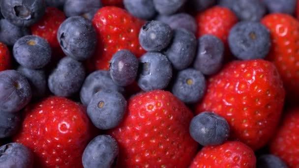 Chutné jahody s borůvkami