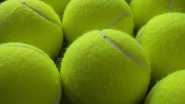Řady a řady tenisových míčků