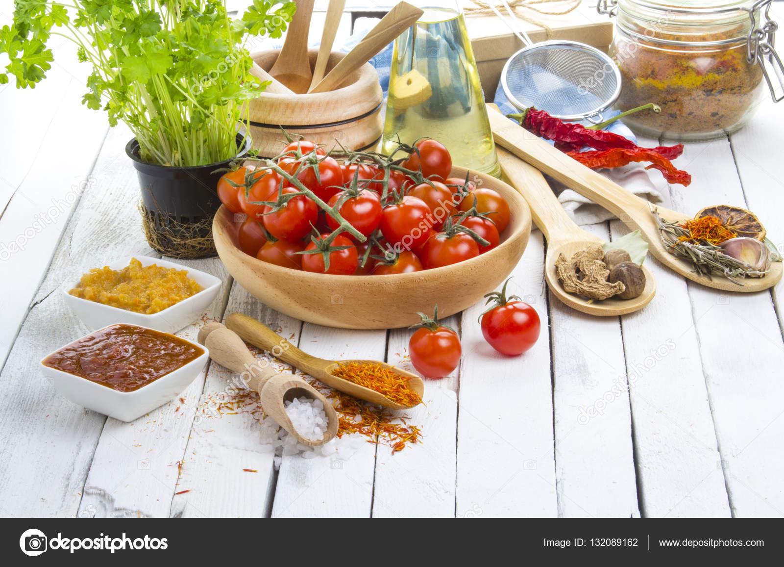 Especias tomates cocina mesa cocina rustica madera — Foto de ...