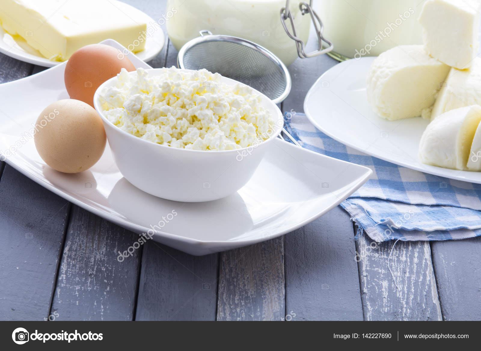 Γαλακτοκομικά προϊόντα πηγμένο γάλα για τυρί γάλα γιαούρτι φυσικά προϊόντα  ξύλου φόντο– εικόνα αρχείου 40197e22ba6