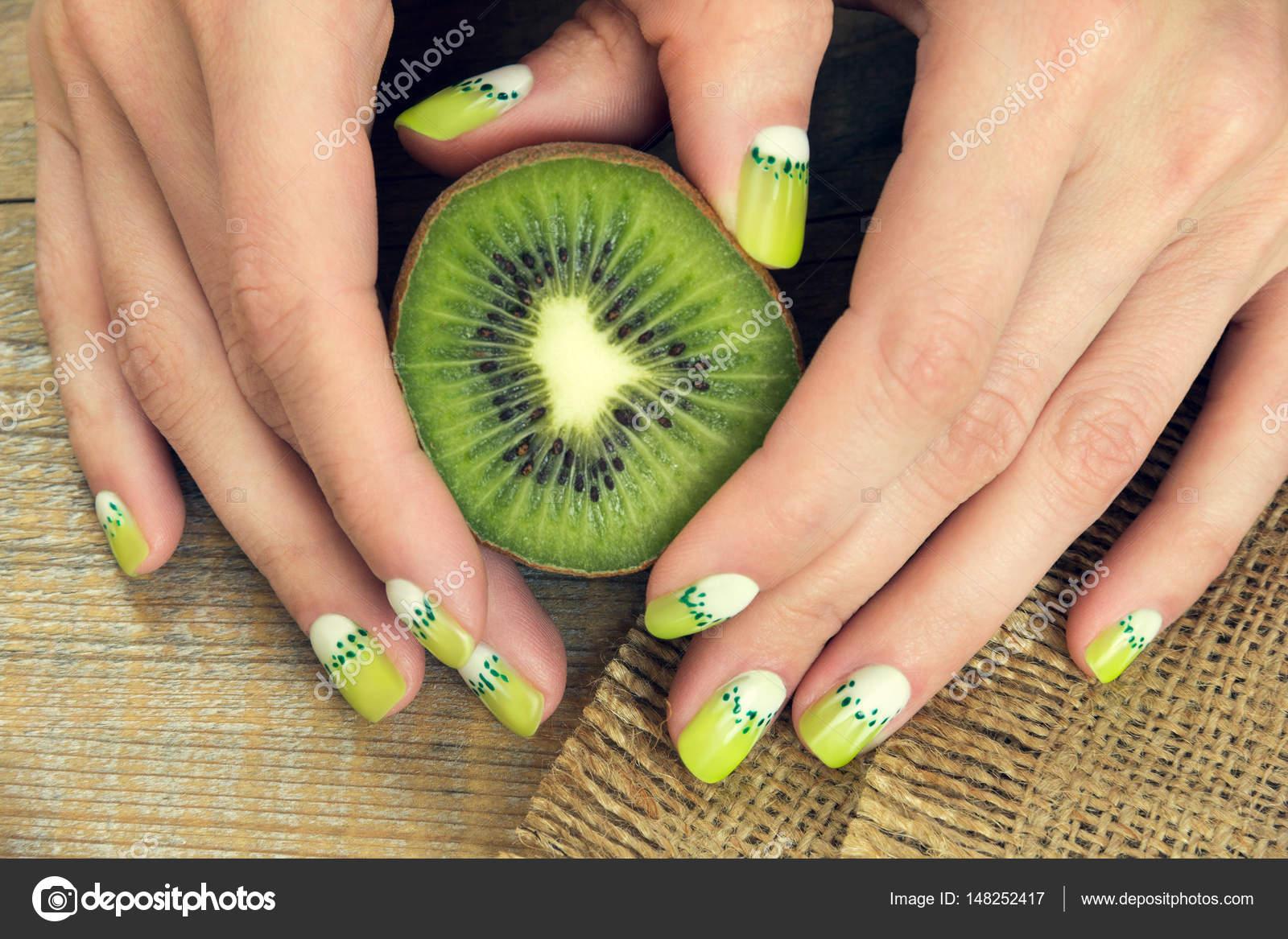 manicura de arte de kiwi — Foto de stock © Angelika #148252417
