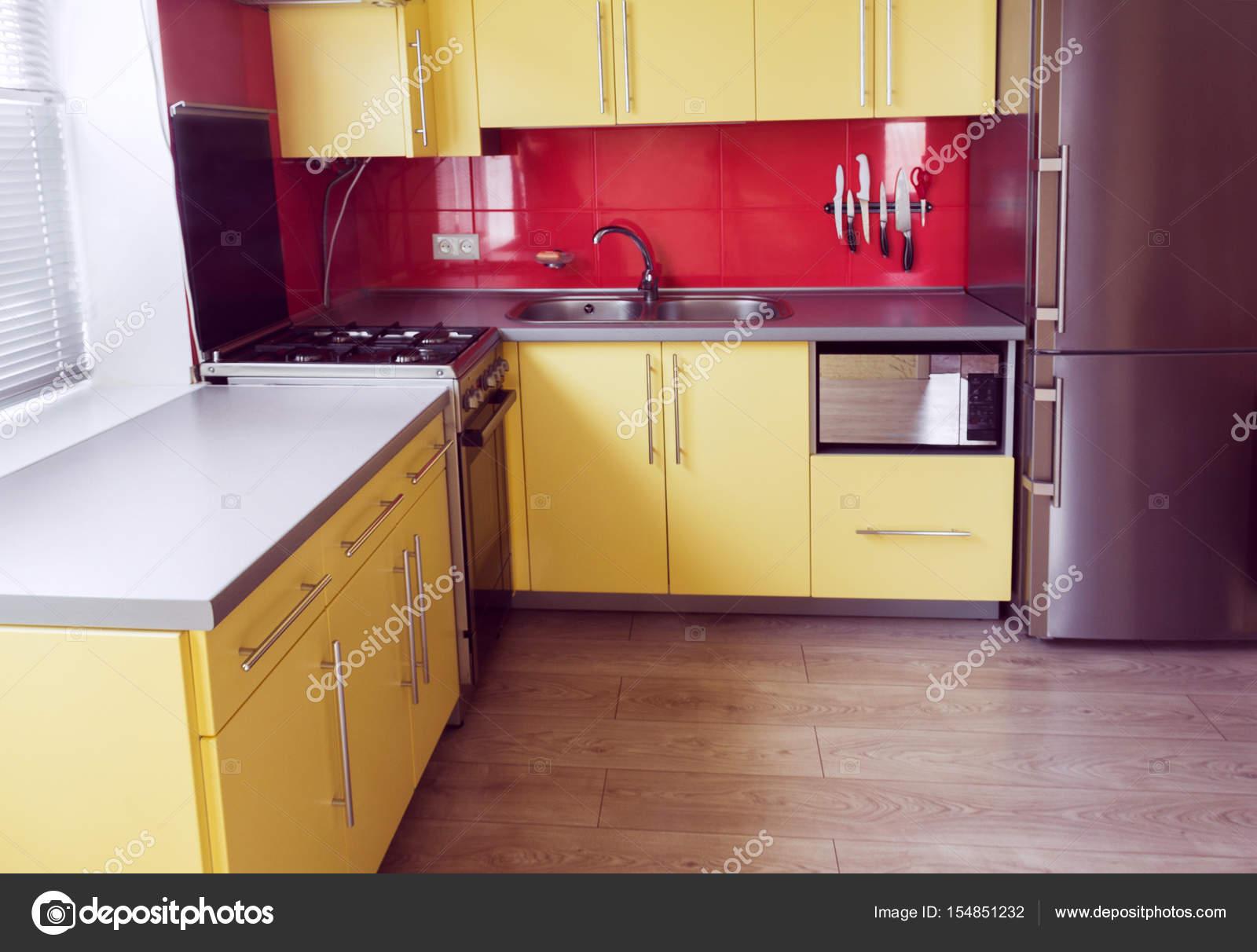 Armadio A Muro Per Cucina.Cucina Gialla Con Armadi A Muro Finestra In Laminato Foto Stock