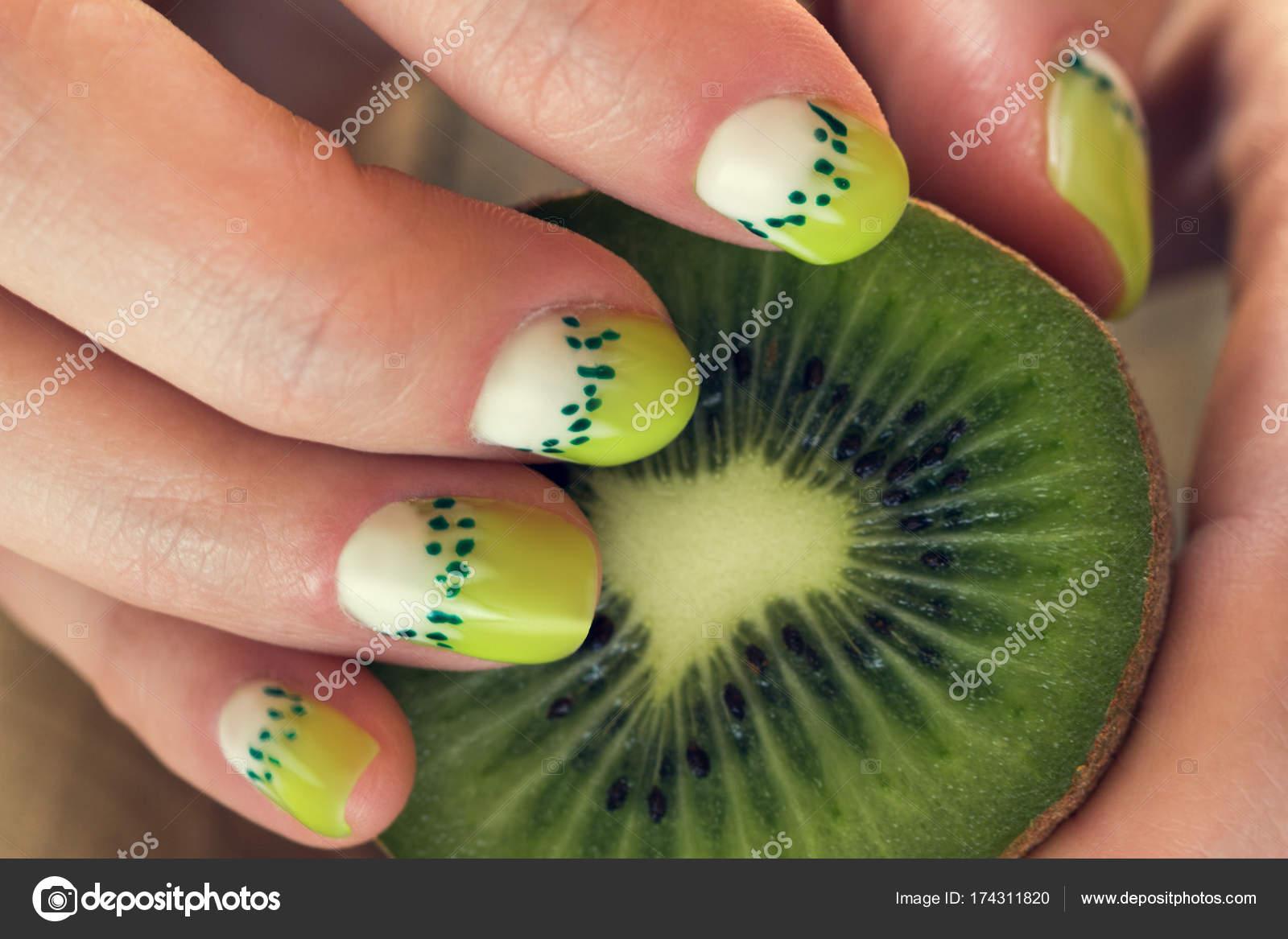 manicura de arte de kiwi — Foto de stock © Angelika #174311820