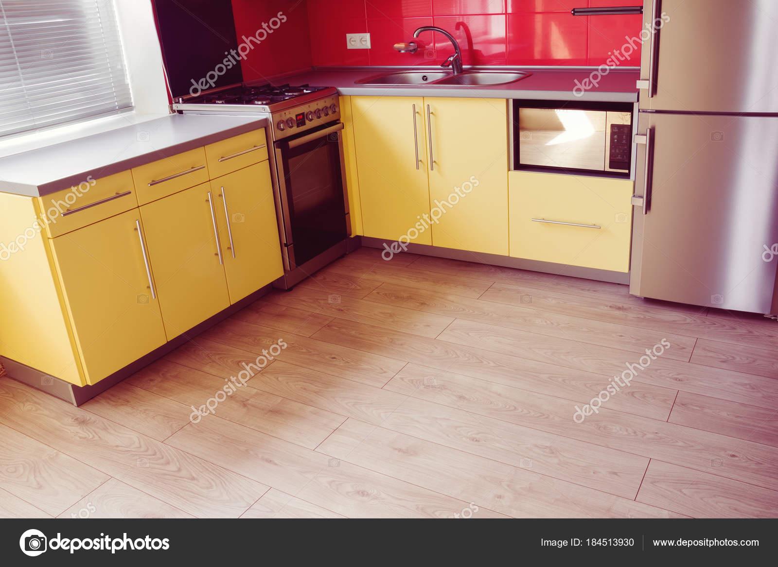 Laminat-gelbe Küche mit weichem Sand grau — Stockfoto © Angelika ...