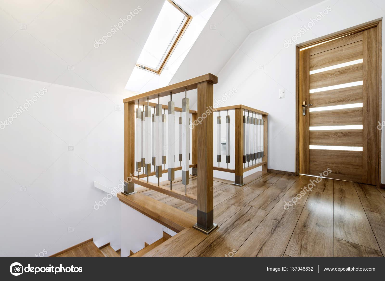 Moderne houten trap manier u stockfoto jacek kadaj