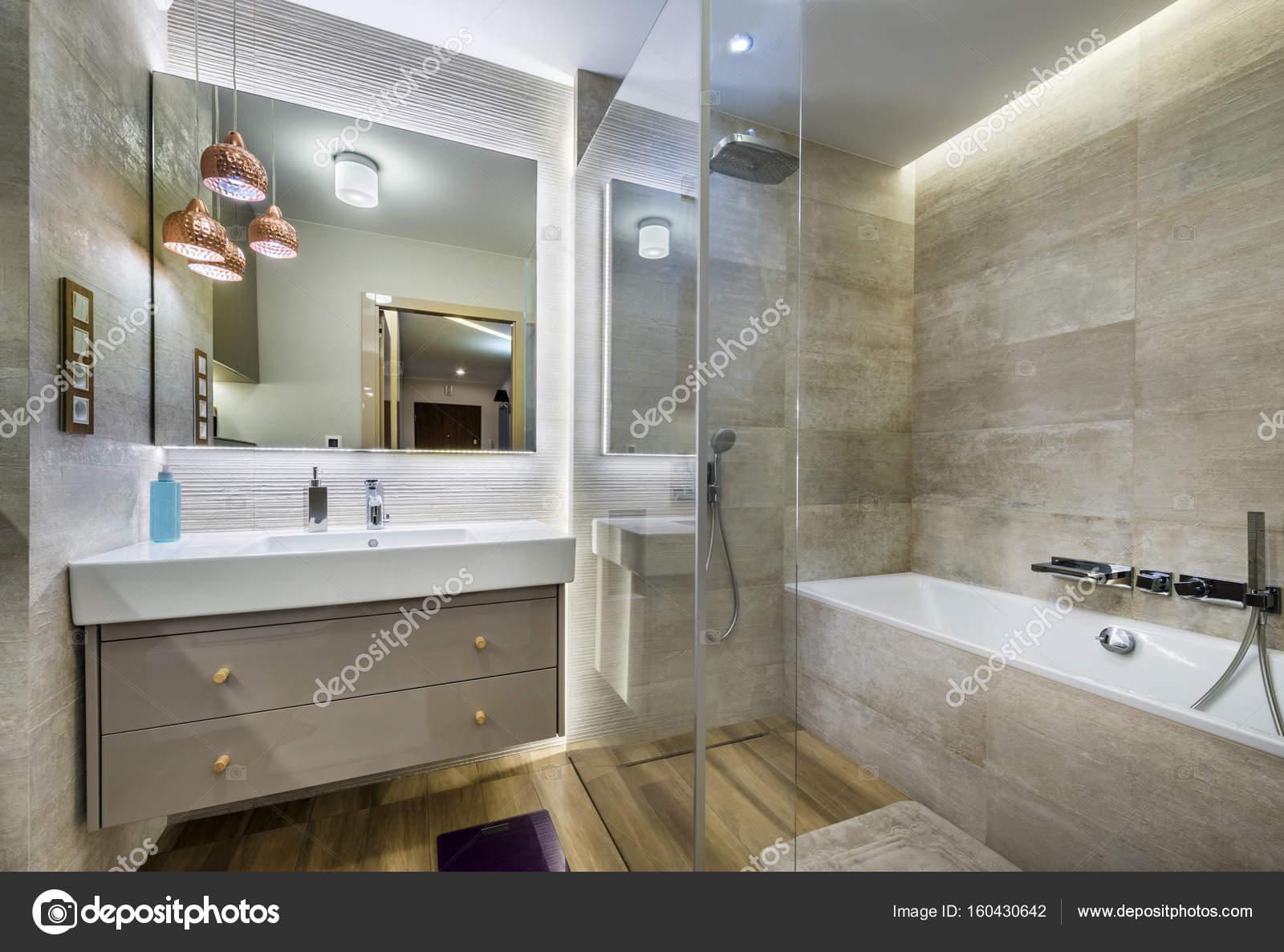 Moderne badkamer met houten vloer u stockfoto jacek kadaj
