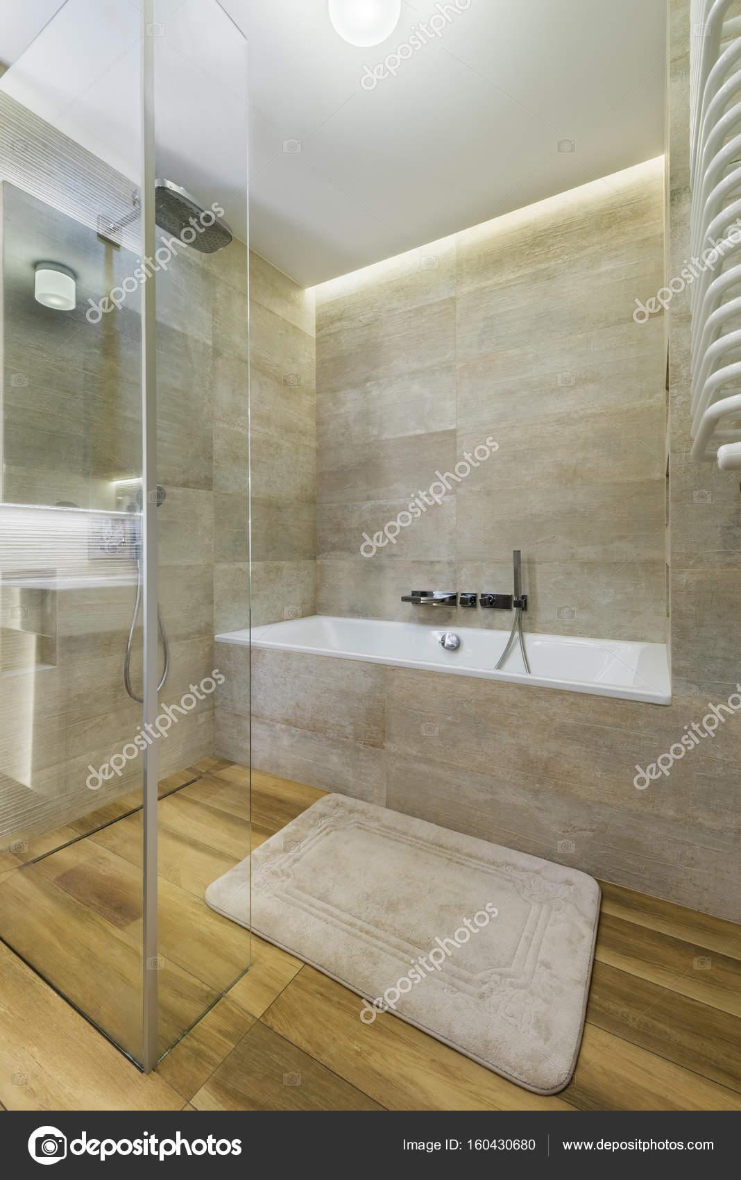Moderne Badezimmer Mit Holzboden Stockfoto C Jacek Kadaj 160430680
