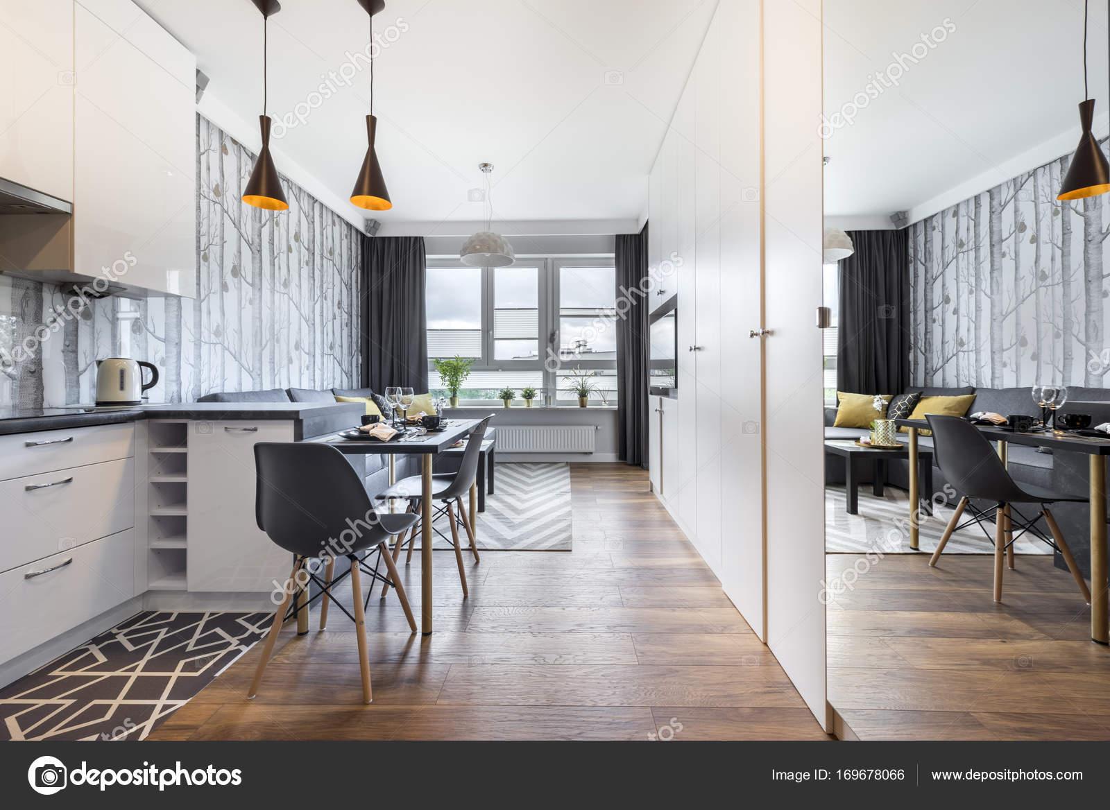 Moderna Sala Pequena Com Cozinha Fotografias De Stock