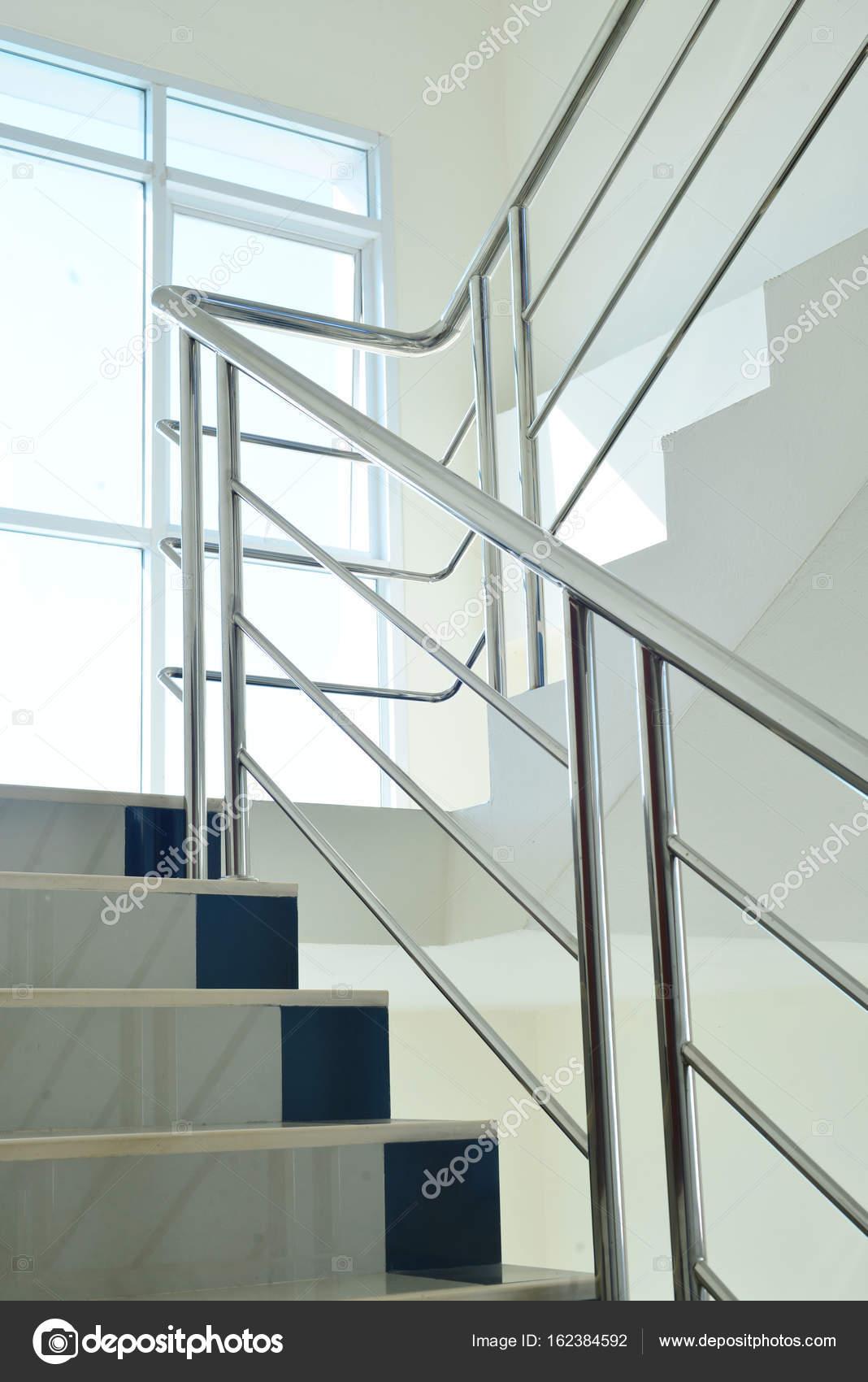 cage d 39 escalier dans un immeuble modern photographie. Black Bedroom Furniture Sets. Home Design Ideas