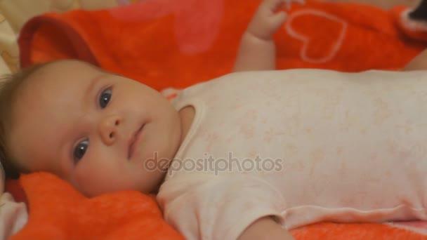 hrudník baby dítě se dívá na matku closeup