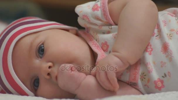 dítě cucá palec v ústech