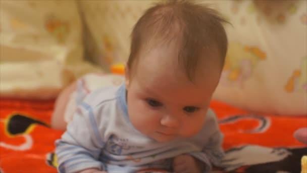 novorozené dítě, snaží se plazit