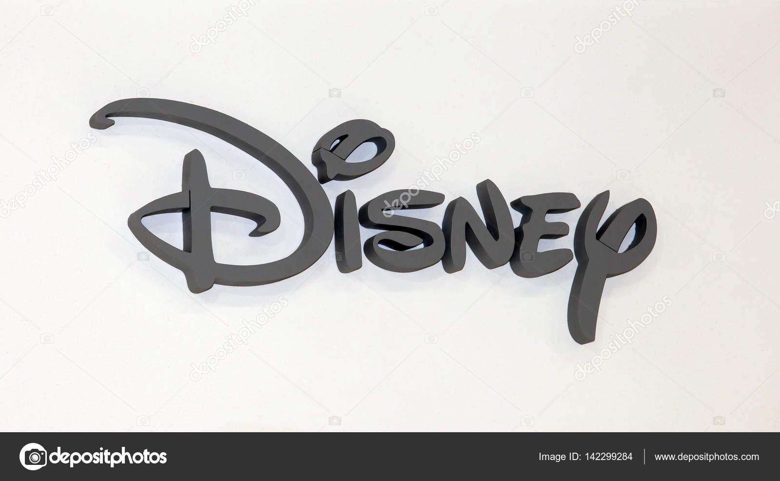 ディズニー会社のロゴ看板。白い壁に灰色のプラスチックの文字