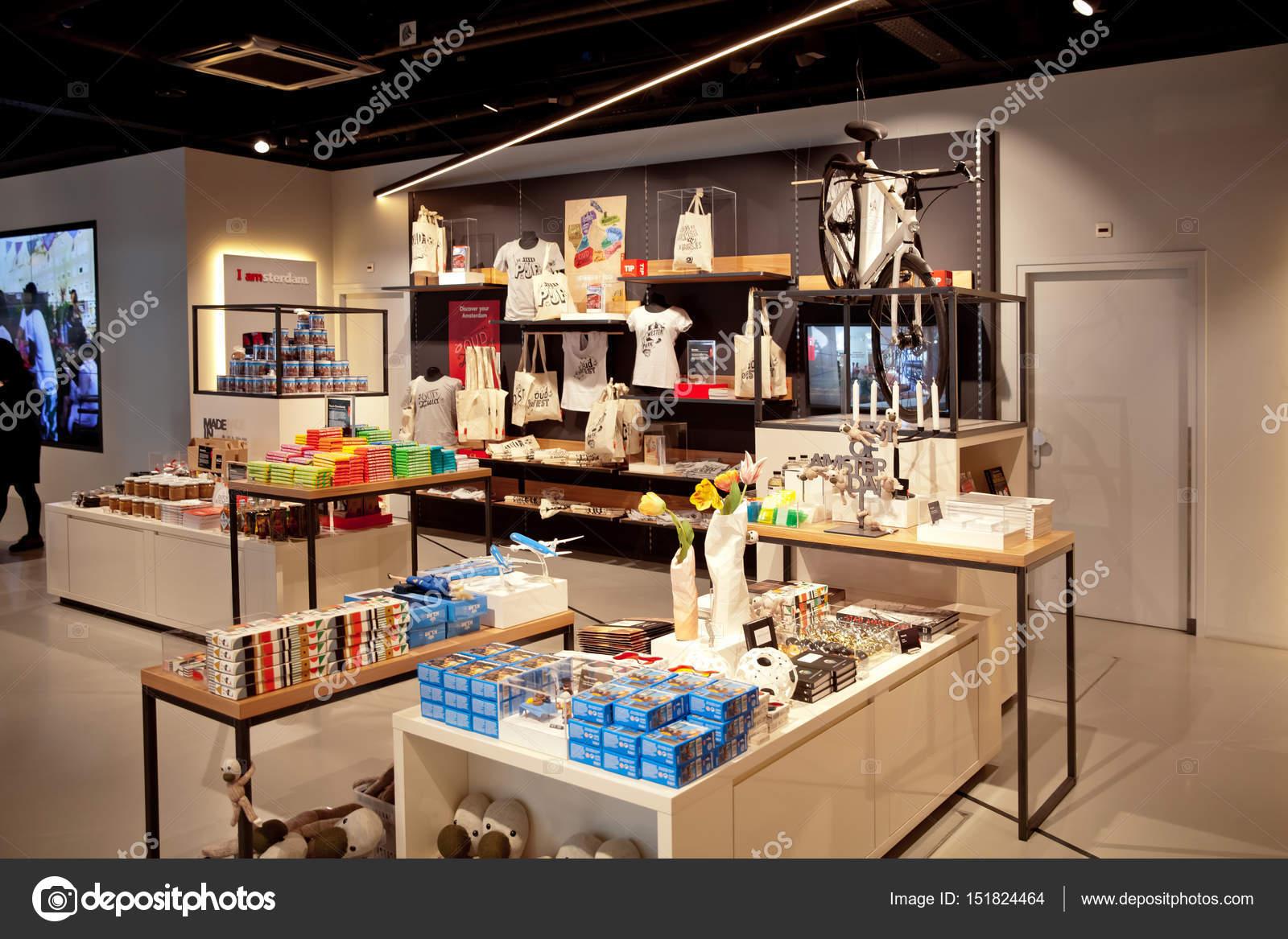 Ik ben Amsterdam winkel interieur op centraal station in Amsterdam ...