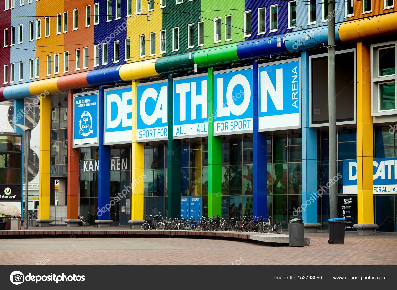 a47c32ecc Loja de desporto Decathlon na cidade de Amsterdam — Fotografia de ...