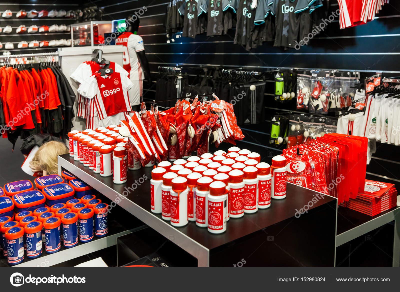 Ajax fotball club winkel interieur op Amsterdam Arena, Nederland ...