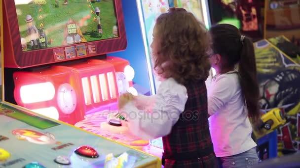 Ninas Jugando Juegos Juego En Centro De Juego Video De Stock