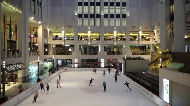 Moskva, Rusko - listopad 2016: Veřejné bruslení v kryté kluziště Mall
