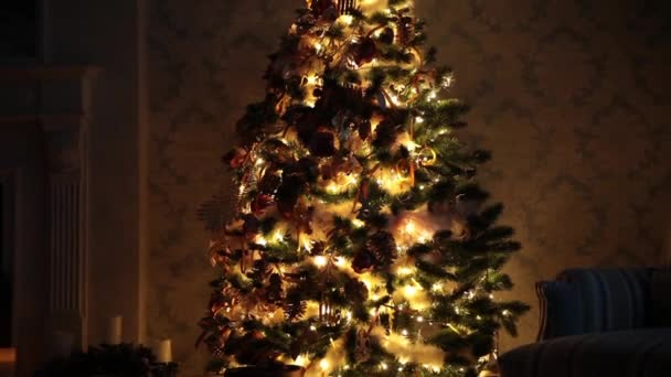 Nový rok pozadí s dárky a blikající věnec na stromě