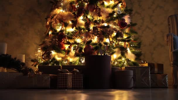 Priorità bassa di nuovo anno con regali e lampeggia ghirlanda sullalbero