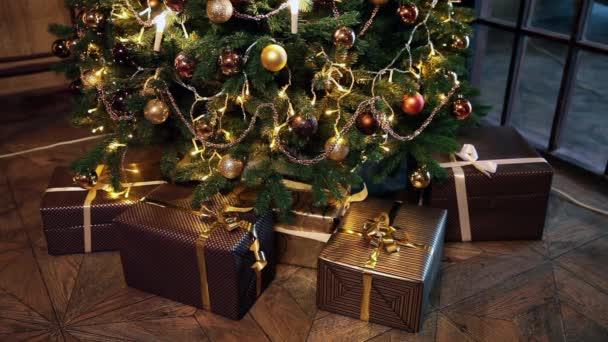 Albero di Natale decorato camera interni in stile classico con i regali