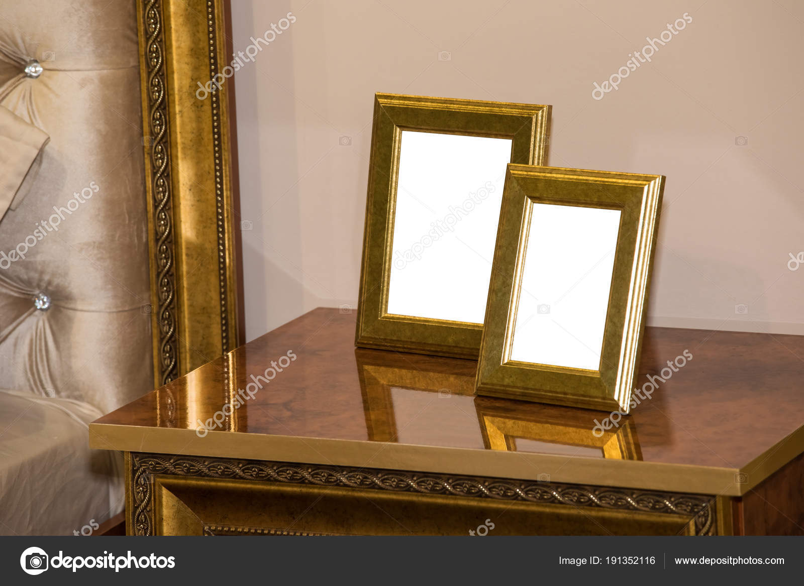 Kommode Mit Zwei Leeren Bilderrahmen Stockfoto C Prescott10 191352116