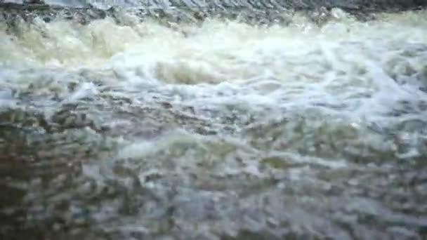 Voda tekoucí proudy zpomalené