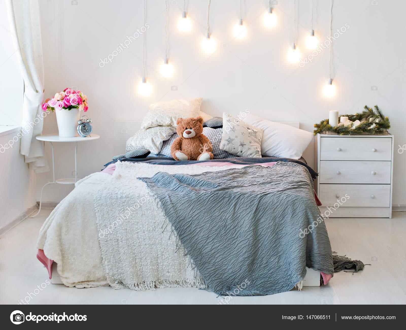 Immagini Camere Da Letto Romantiche : Interno di una camera da letto romantica luce u foto stock