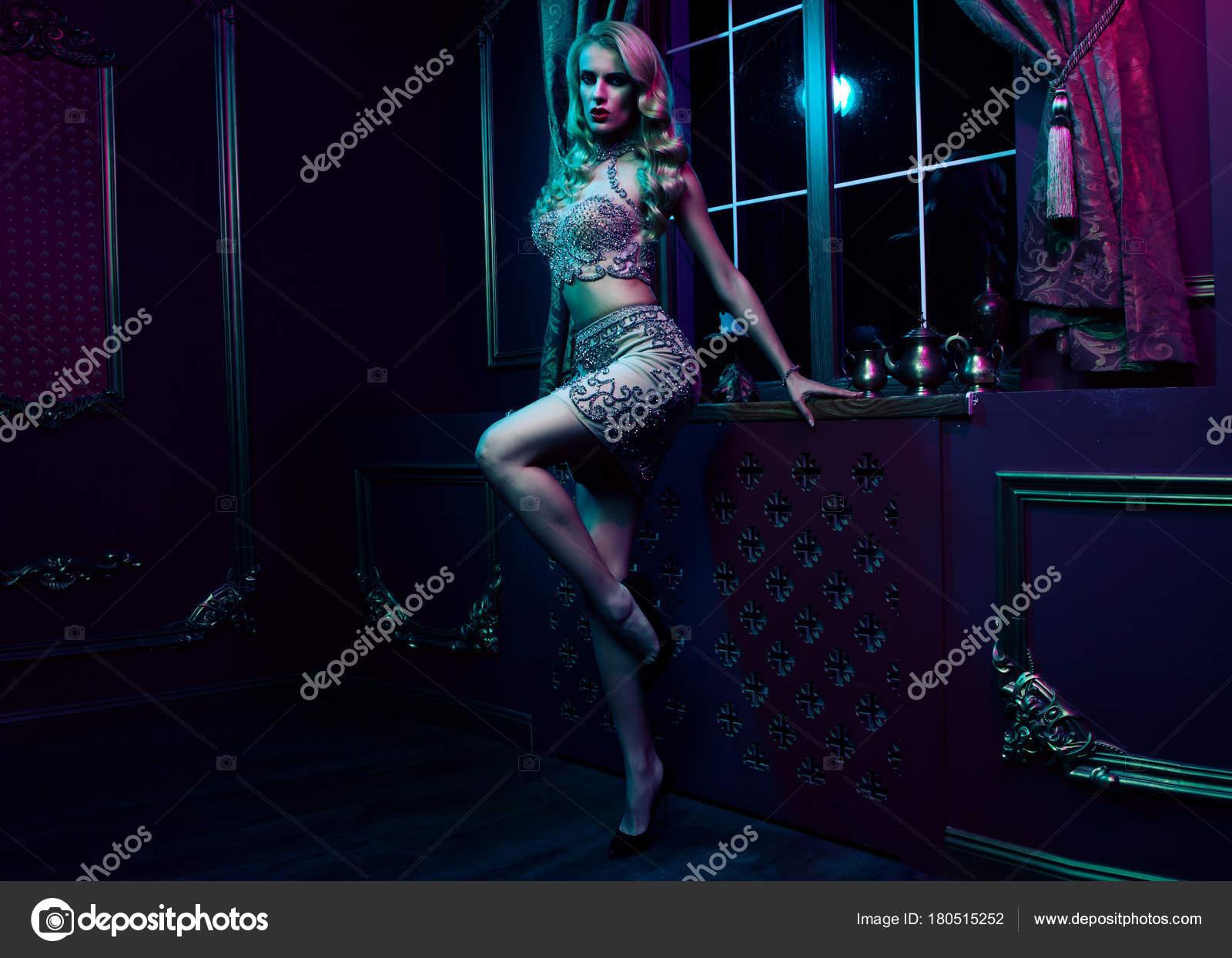 Hermosa mujer rubia sexy sobre fondo violeta, parte — Fotos de Stock ...