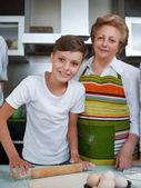 Fényképek Nagymama unokája sütés cookie-kat készítsünk tésztát a konyhában