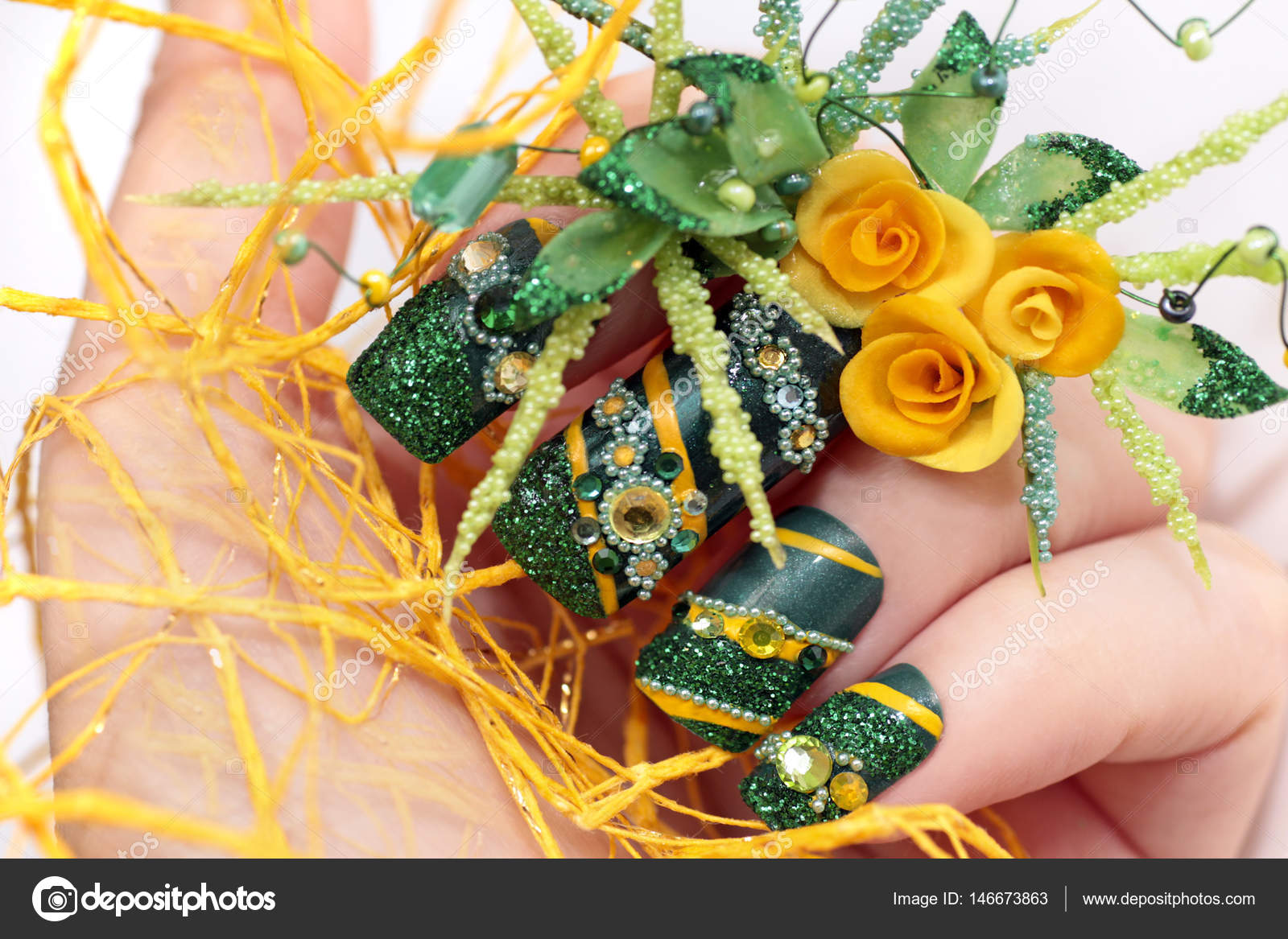 Design grün Acryl Nägel mit gelben Rosen — Stockfoto © marigo #146673863