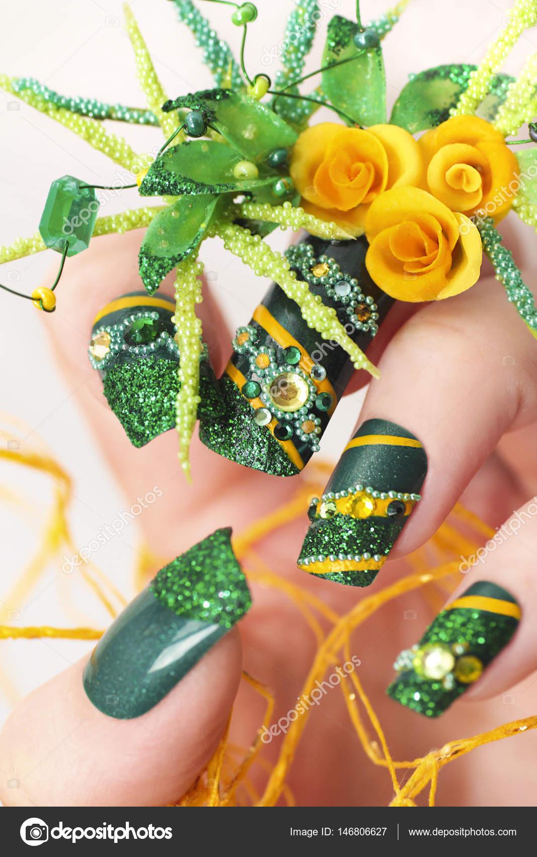 Diseño de uñas de acrílico verdes con rosas amarillas — Foto de ...
