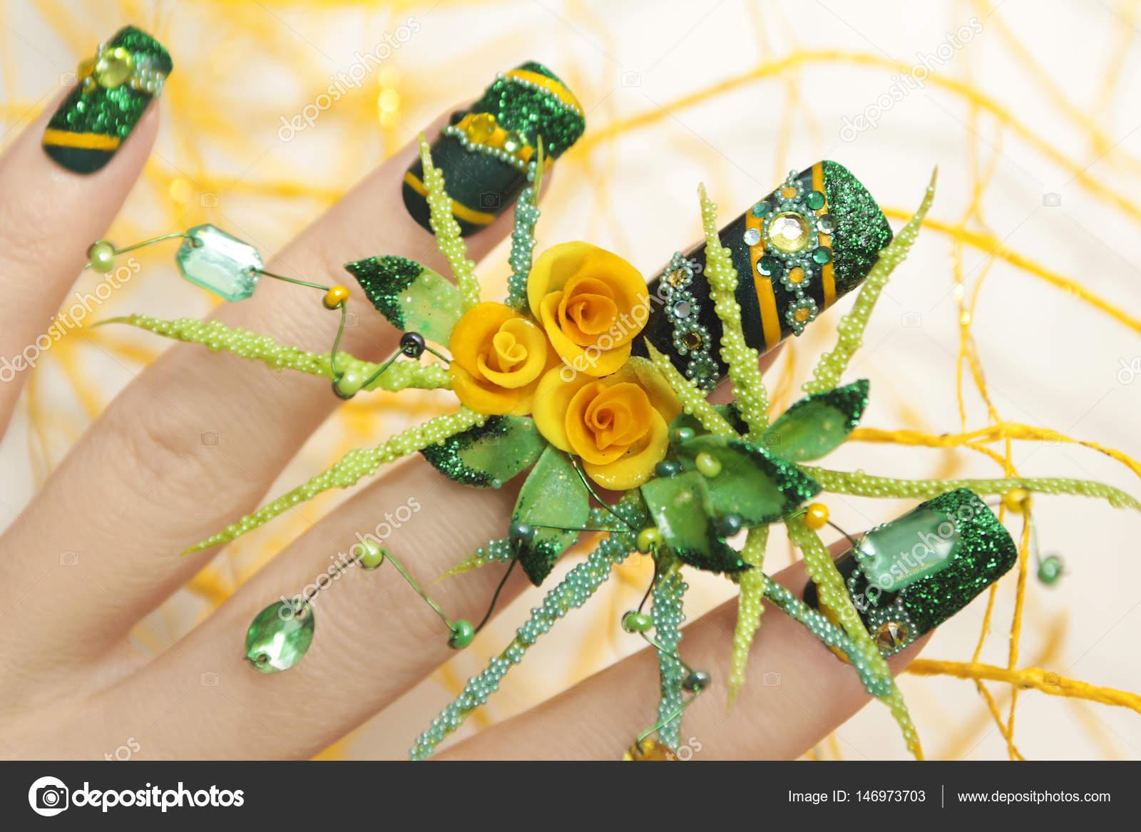 Diseño de uñas con acrílico rosas amarillas — Foto de stock © marigo ...
