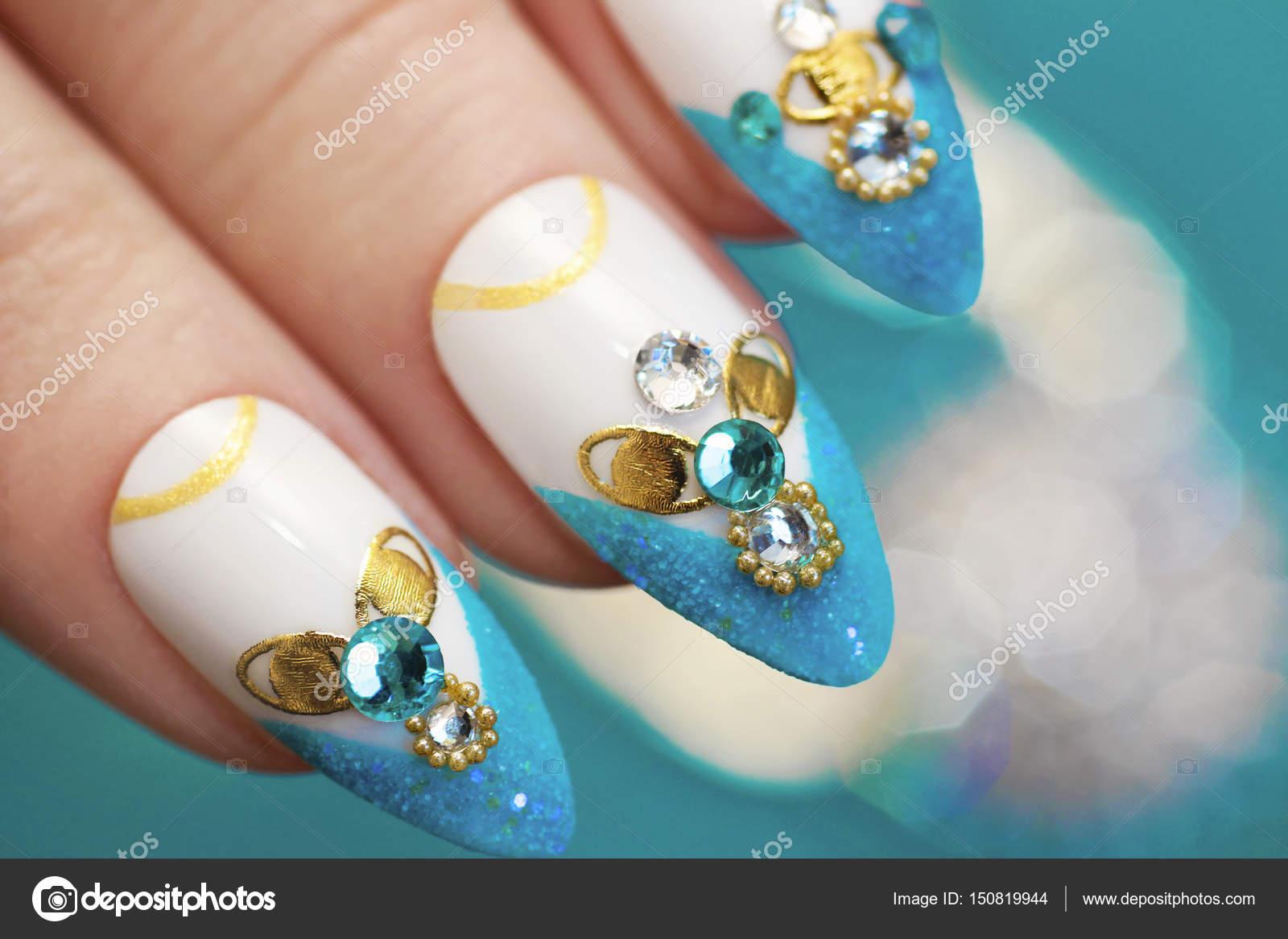 Luxueuze glamoureuze zandstrand blauwe Frans manicure — Stockfoto ...