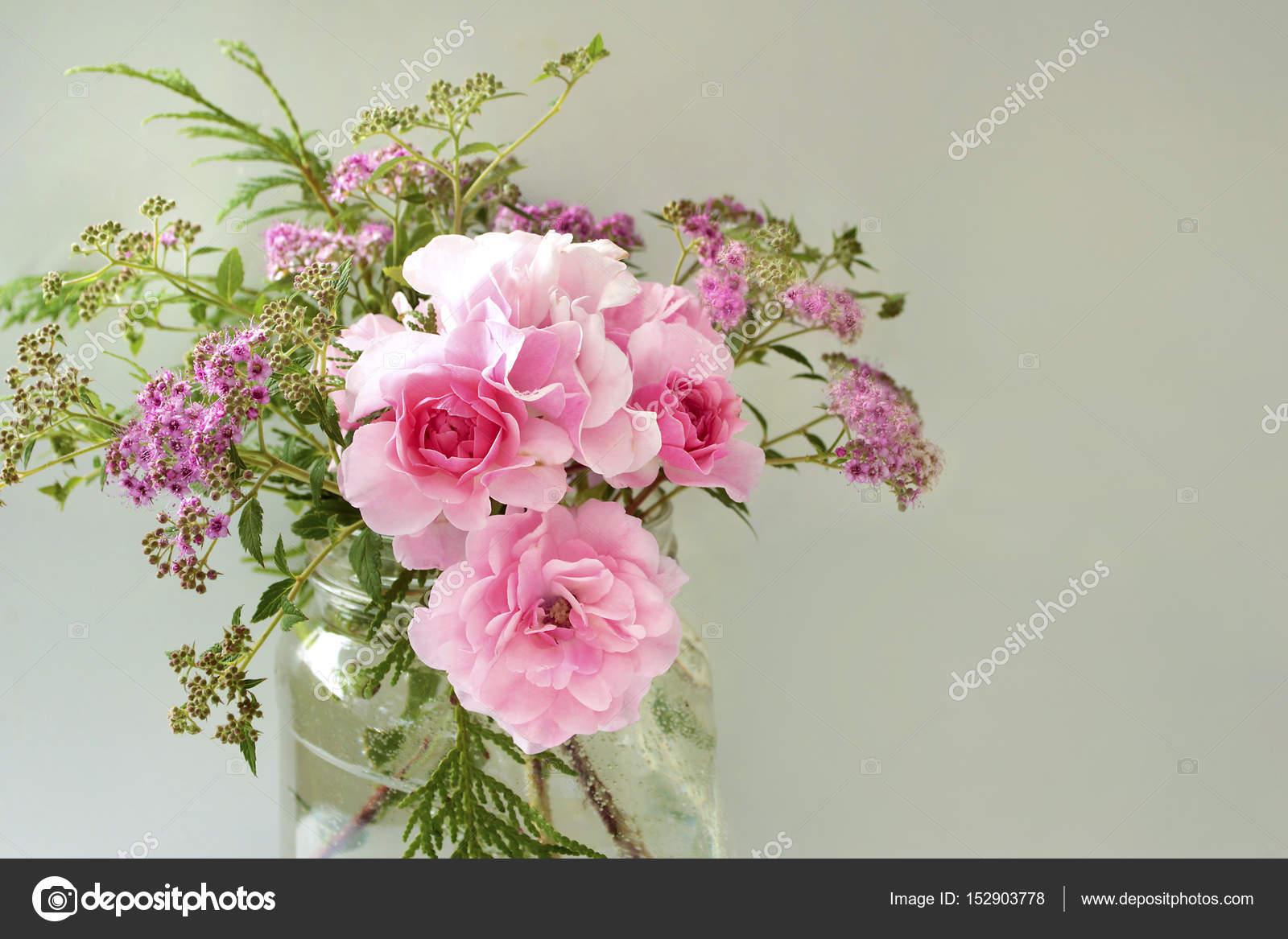 Composizione floreale di rose tea — Foto Stock © marigo #152903778