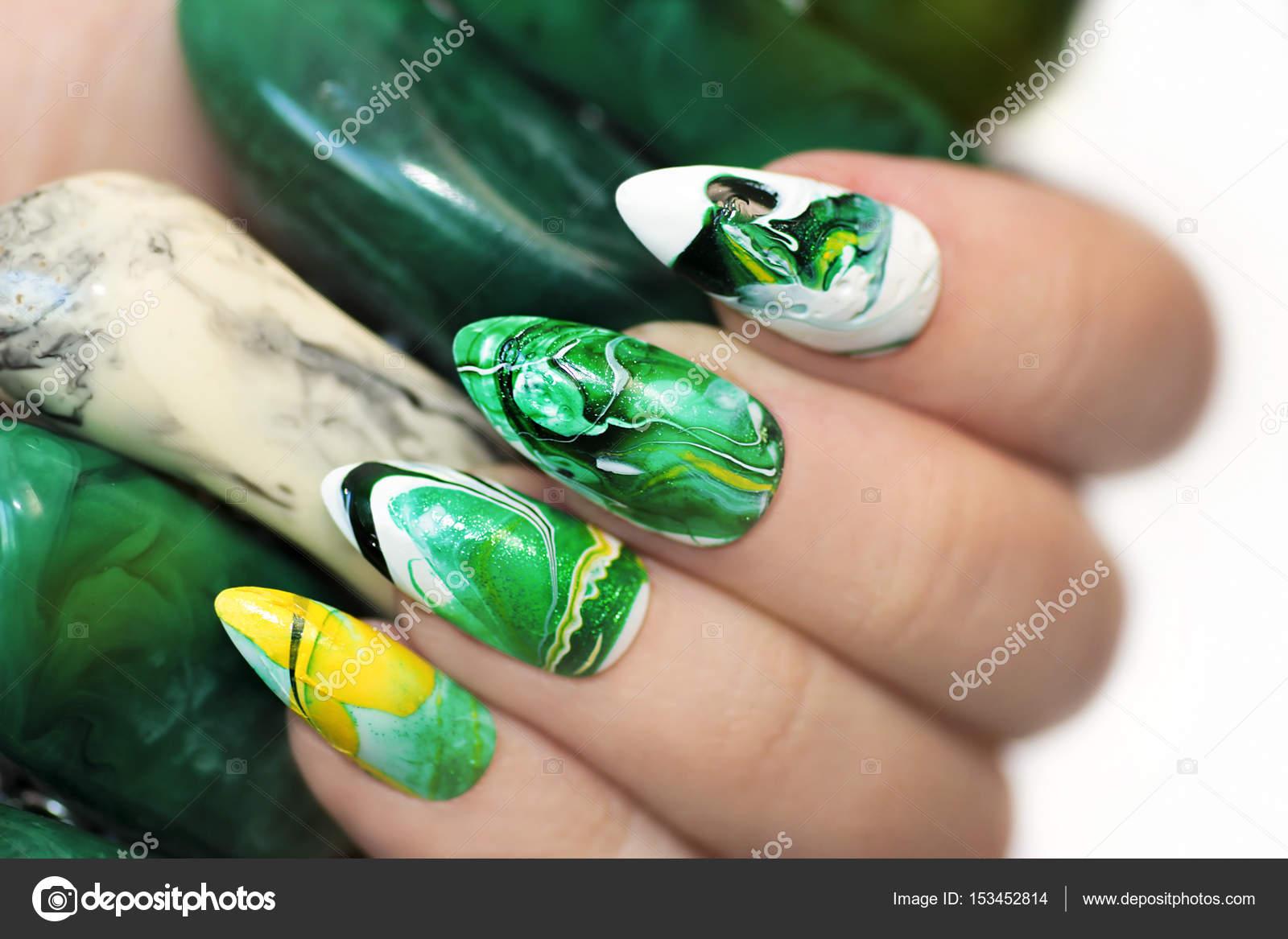 Diseño de uñas de piedra — Foto de stock © marigo #153452814
