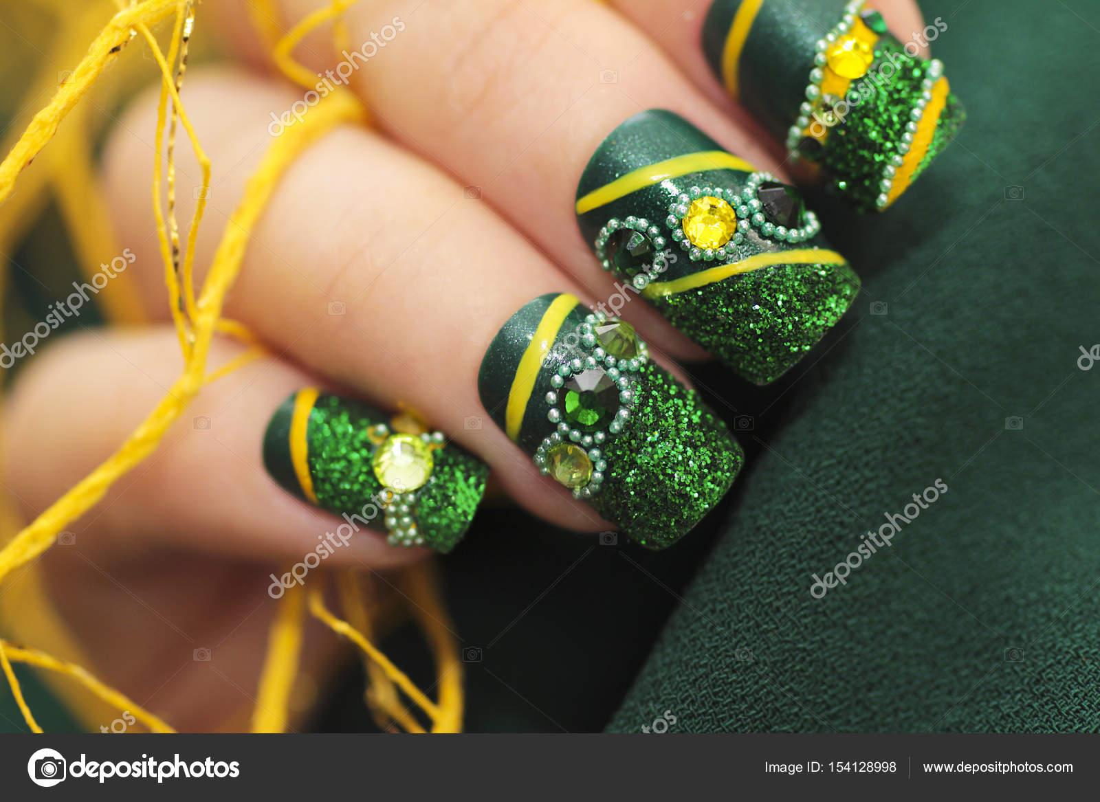 Uñas de forma cuadrada de manicura verde — Fotos de Stock © marigo ...