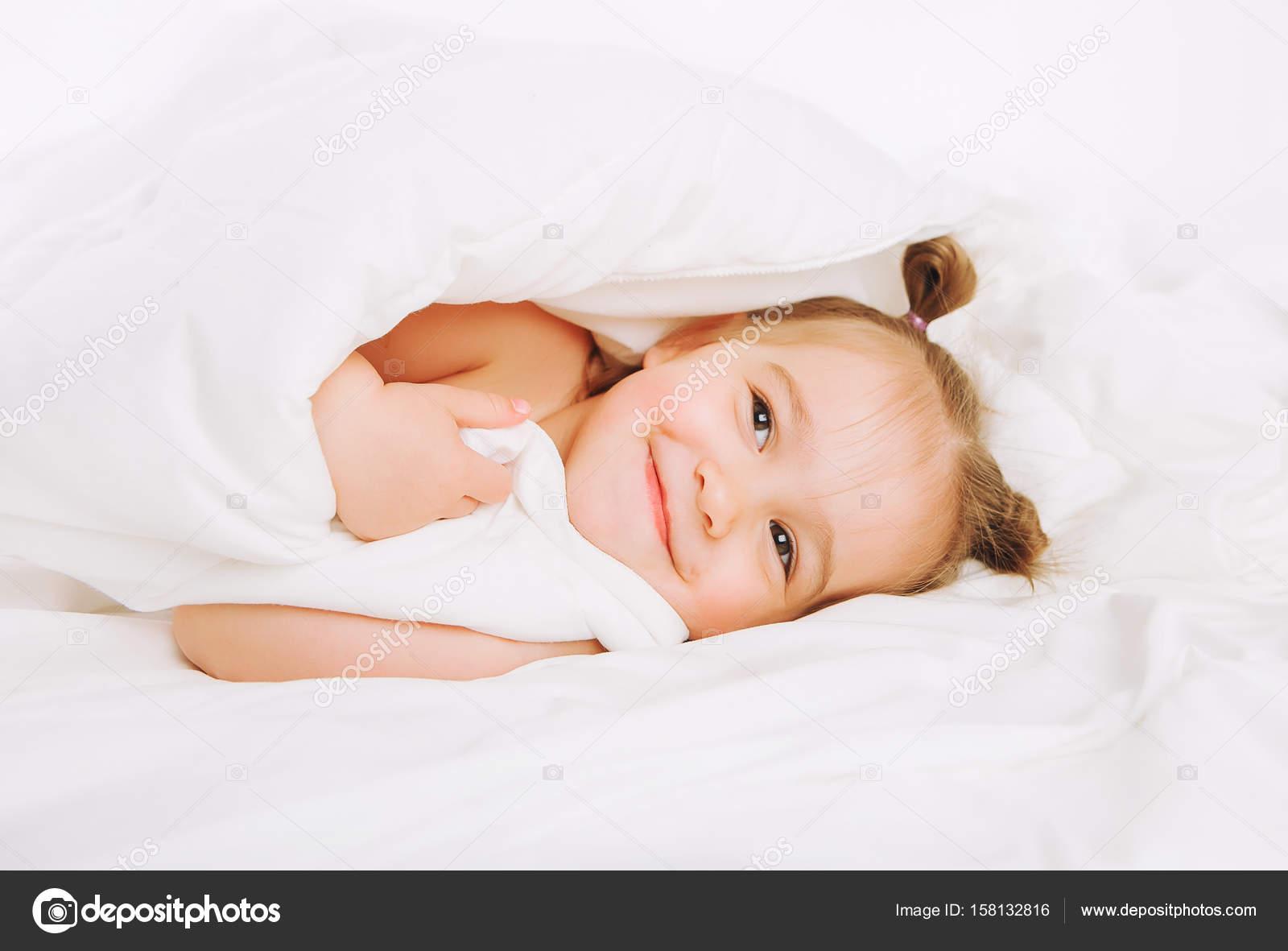 couverture bébé 2 ans Petit enfant couché sur le lit à la maison. 2 ans bébé se repose  couverture bébé 2 ans