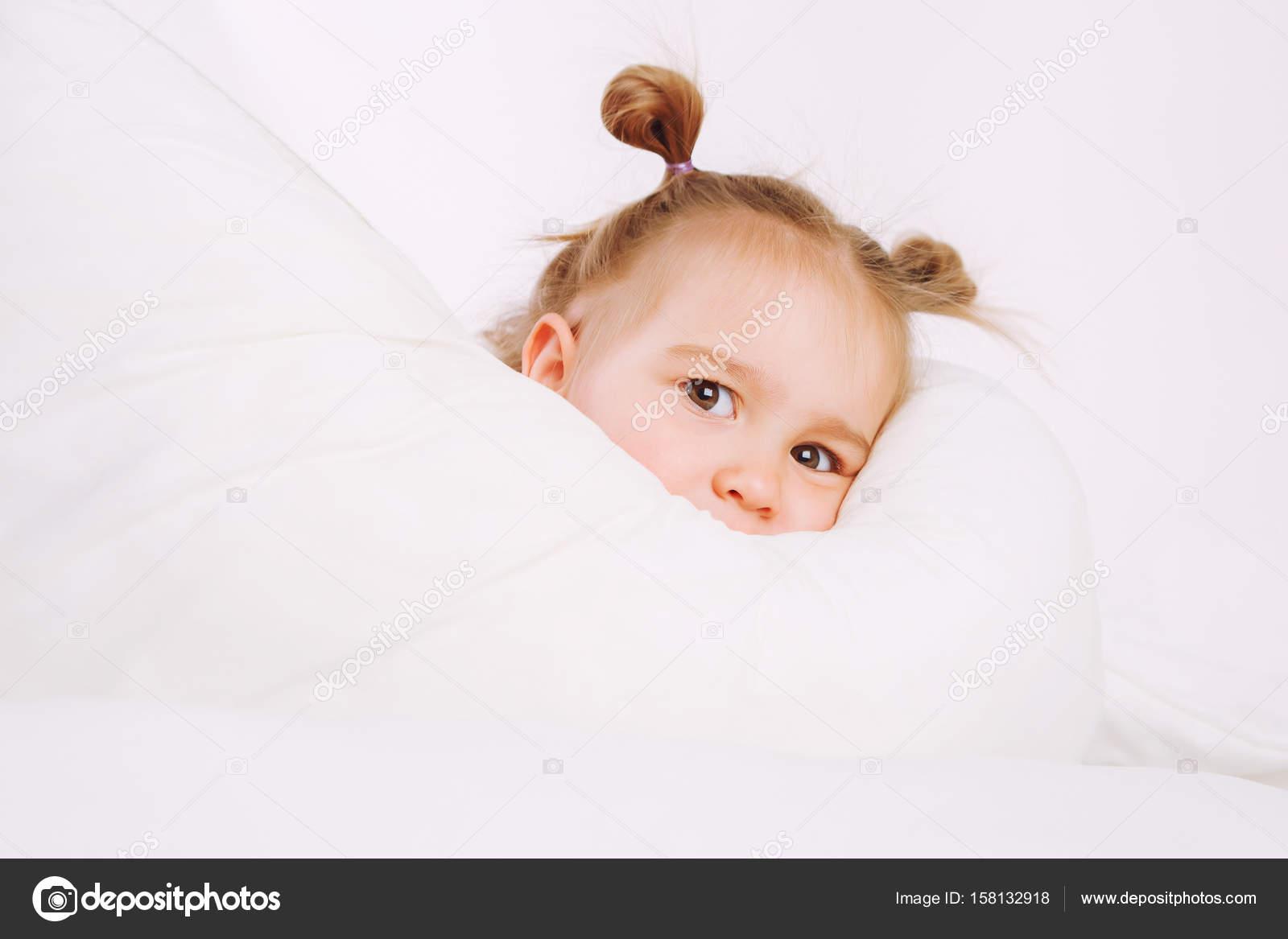 couverture bébé 2 ans Petit enfant couché sur le lit à la maison. 2 ans bébé repose sur  couverture bébé 2 ans