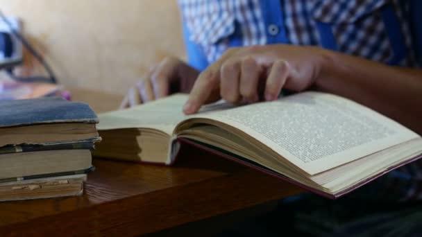 olvasó, egy régi könyv oktatási közelről lapoz videóinak ember