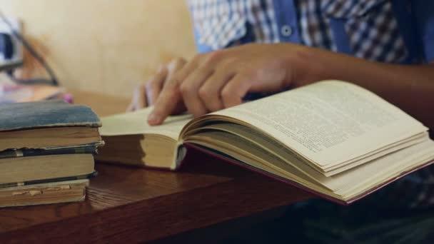 člověk při čtení že staré knihy detail vzdělávání obrací stránky video