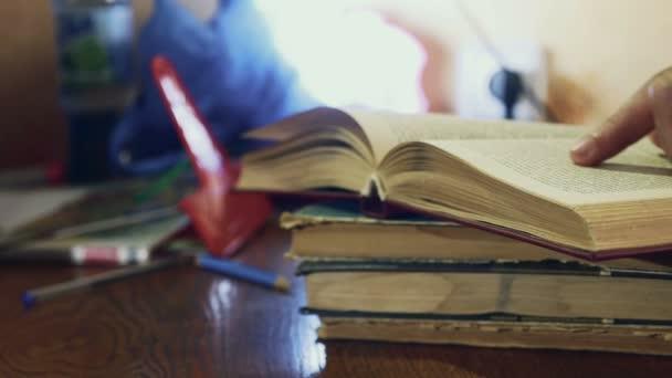 muž čtení staré knihy detail změní vzdělávací stránky video